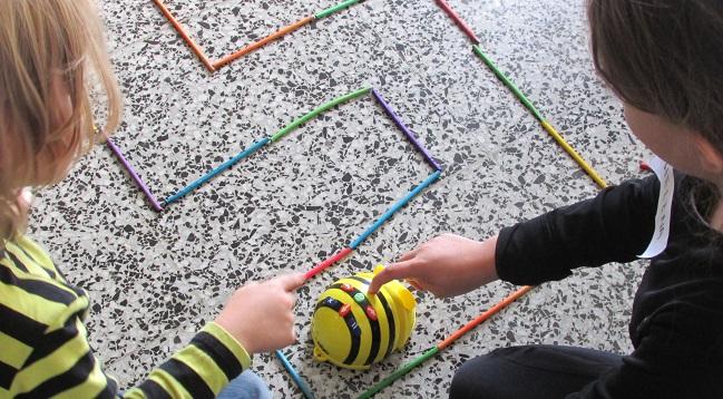 Fotografia de l'activitat DESCOBREIX EN BEE-BOT! TALLER FAMILIAR